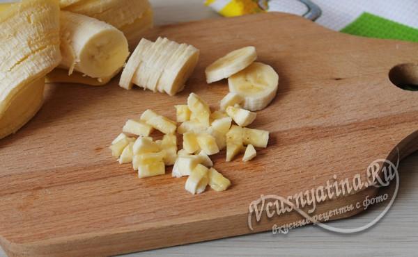 нарезать бананы кусочками