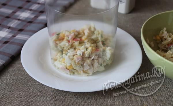 выложить салат через кольцо