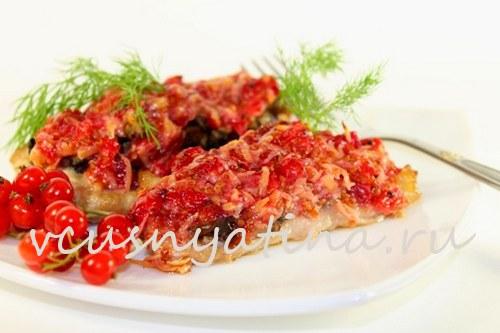 Куриные отбивные с грибами под сырно-смородиновым соусом