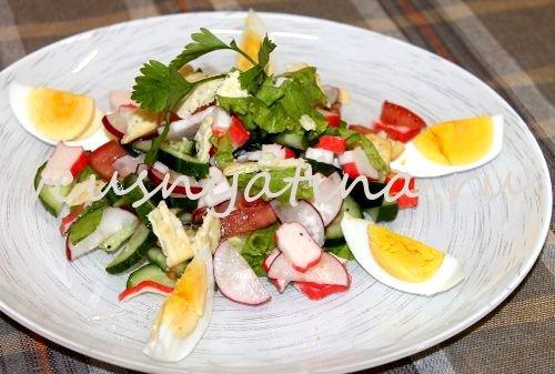 салат с крабовыми палочками с сухариками