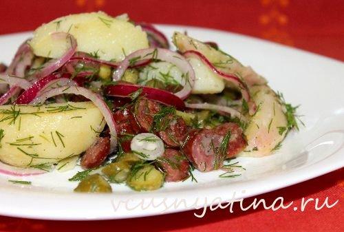 вкусный салат с колбасками
