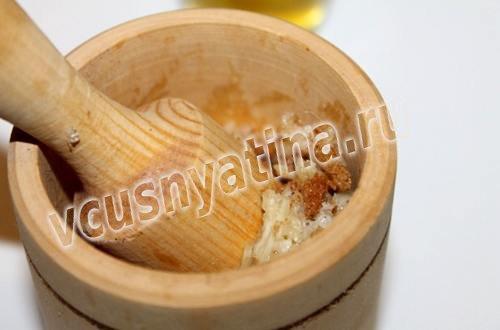 растолочь чеснок и сухарики