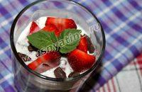 Десерт трайфл из клубники с шоколадом