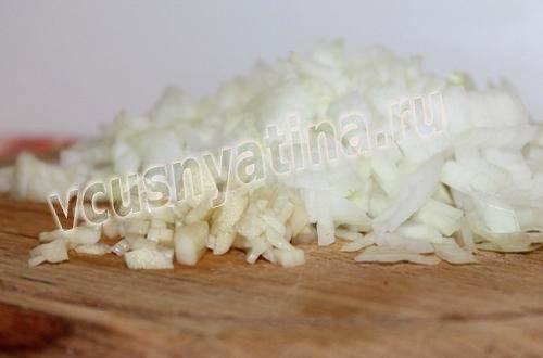 порубите лук и чеснок