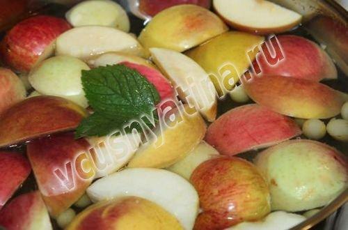 виноград и яблоки опустите в сироп