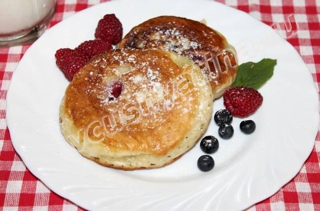 Пышные оладьи на кефире с ягодами