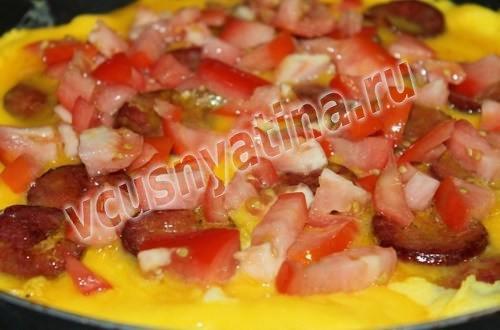 Фритатта с помидорами и гуцульской колбаской