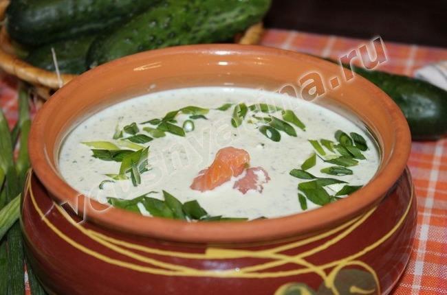 Приготовление холодного супа с огурцом
