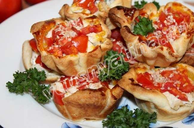 Слойки с сыром и свежими помидорами