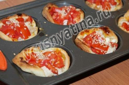 Слойки из готового теста с сыром и помидорами