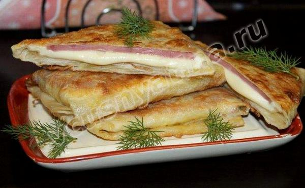 лаваш с колбасой и сыром на сковороде в яйце