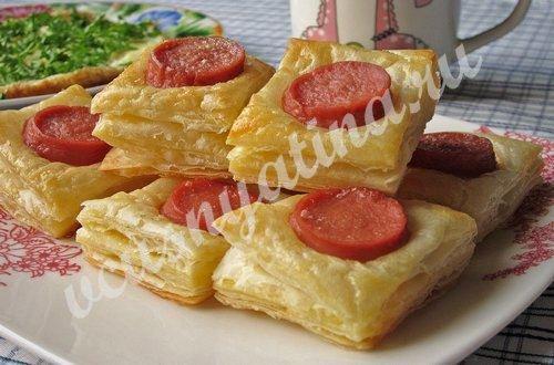 Быстрые слойки с сосисками для завтрака из готового слоёного теста