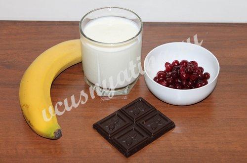 ингредиенты для смузи из банана и клюквы