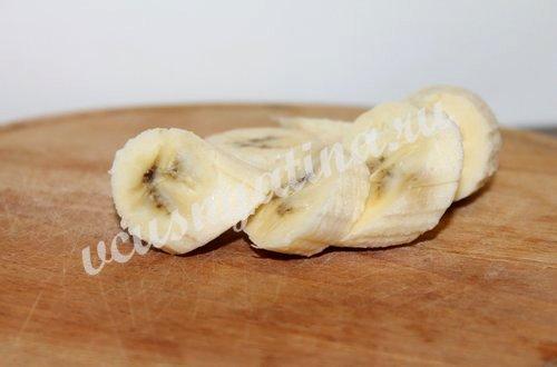 нарежьте банан кружочками для смузи