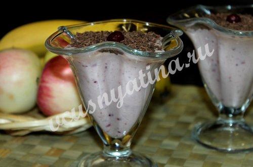 смузи из банана и клюквы посыпьте тертым шоколадом