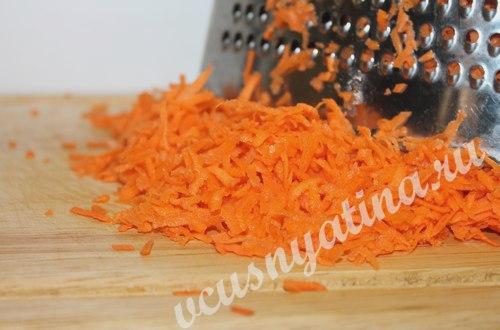 очистите морковь и натрите на терке