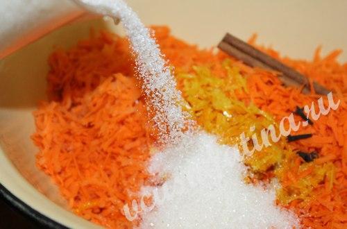 К моркови добавьте гвоздику и корицу, цедру апельсина и лимона, всыпьте сахар.