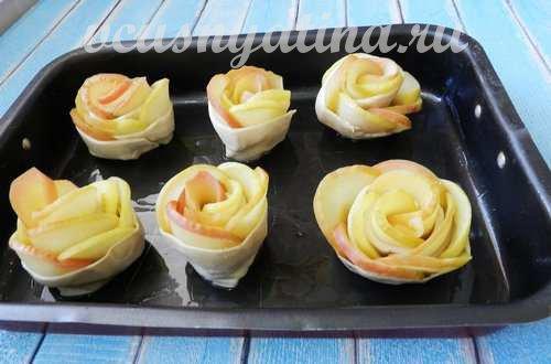 авыложить розочки с яблоками на противень
