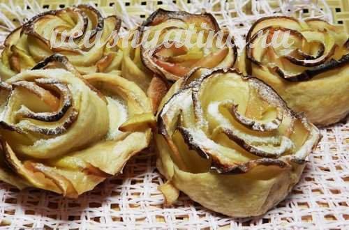 Открытые булочки из слоеного теста и яблок «Зимние розочки» готовы!