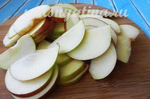 яблочные дольки нарезать слайсами