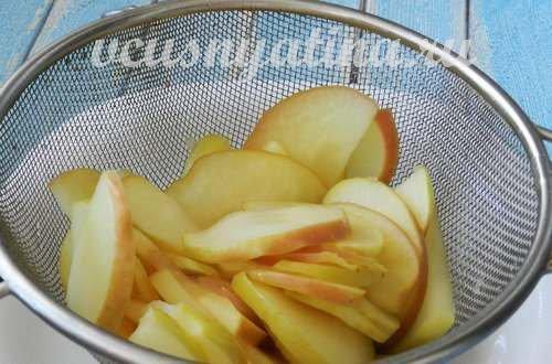 яблоки откинуть на дуршлаг