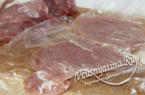 Свинину нарежьте кусочками в 1 см толщиной и отбейте