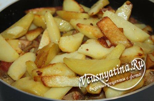 переложите картофель к мясу