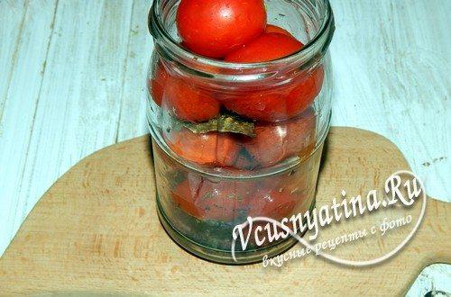 Выложить в банку помидоры черри