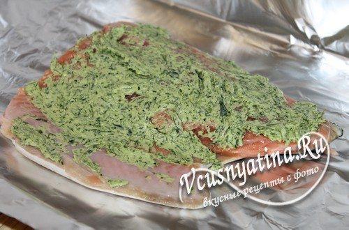 На фольгу выложить рыбу, смазать зеленым маслом, завернуть конвертом