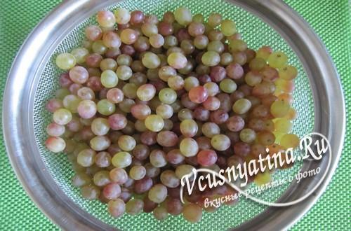 Отделите виноград от веточек
