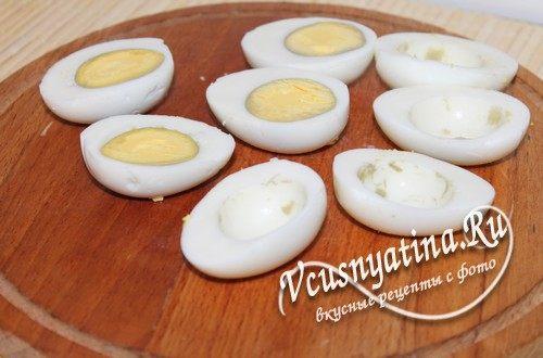 яйца разрезать вдоль пополам