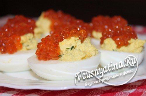 фаршированные яйца с красной икрой