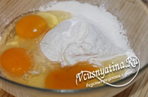 к муке добавьте яйца и разрыхлитель