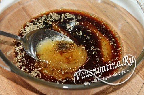 Соединить мед, соус и приправы