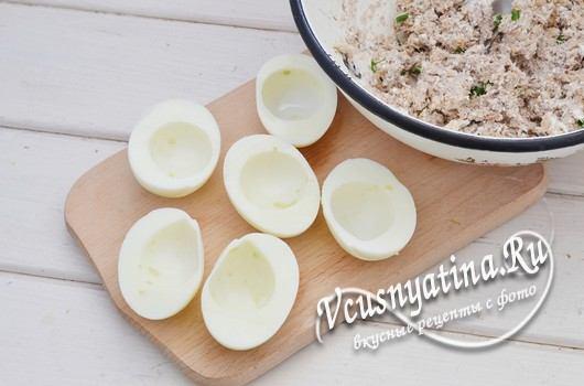 вареные яйца разрезать и удалить желток