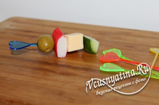 Канапе с крабовыми палочками и сыром