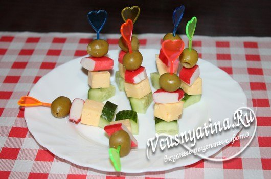 Канапе с крабовыми палочками и сыром на шпажках