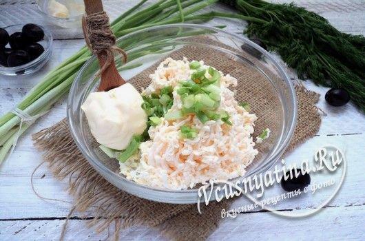 нарезать зеленый лук и добавить к продуктам