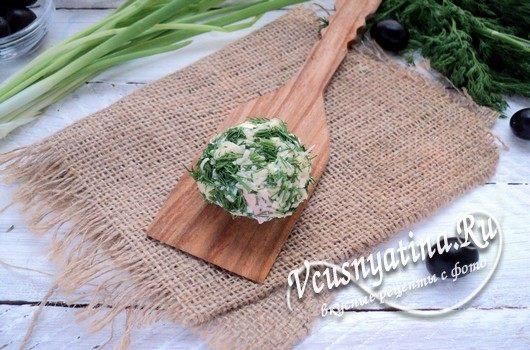 обмакнуть шарик в сыре с зеленью