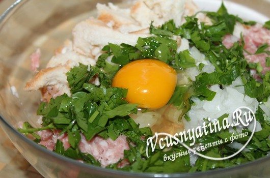 в фарш добавить яйца, зелень, лук