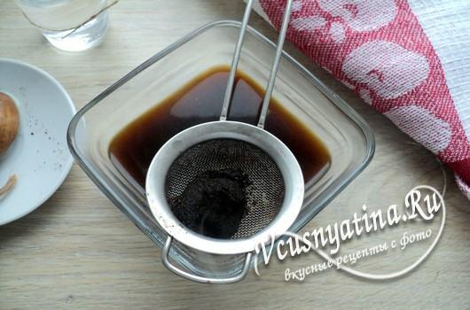 процедить кофе через сито