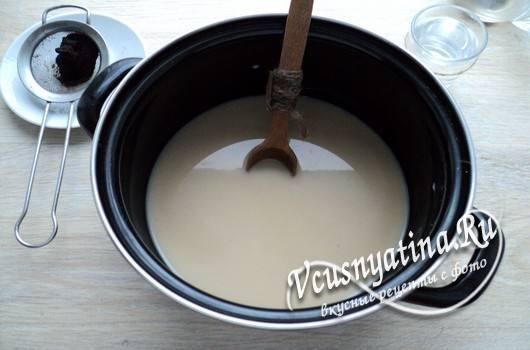 соединить кофе и разведенное молоко