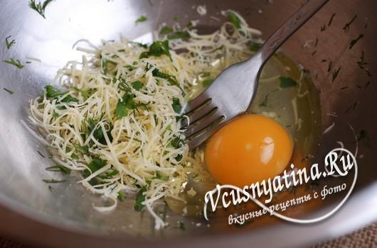 в сыр добавить яйцо и соль