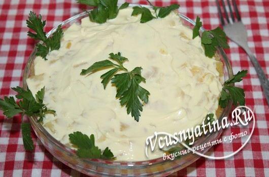 Салат с ананасами и копченой колбасой