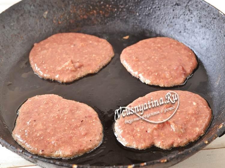 Выкладывайте на горячую сковороду оладьи из куриной печени