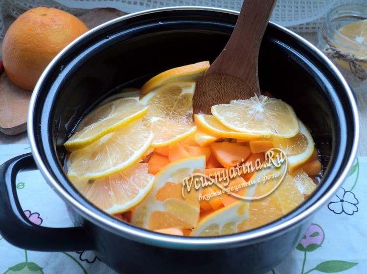 В сироп положить тыкву, лимон и апельсин