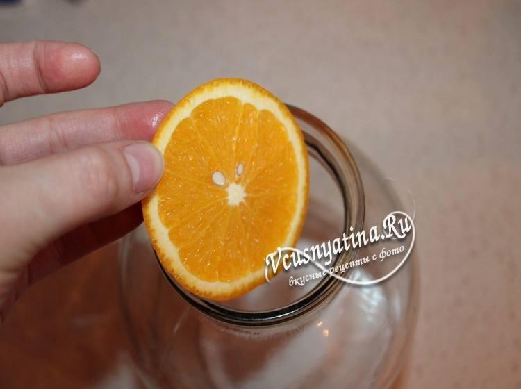 Разложить по банкам кружочки апельсина и влить березовый сок