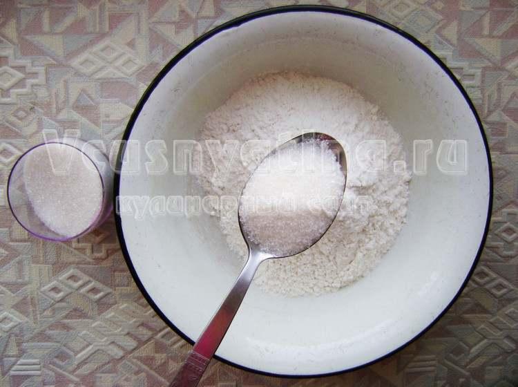 Соедините муку с сахаром