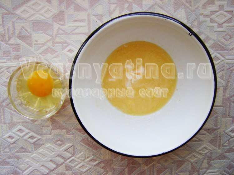 Яйца смешайте со сливочным маслом