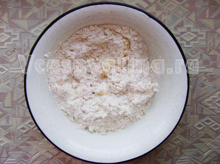 Соедините масляно-яичную смесь и муку